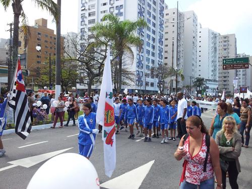 Flaggbærere med Sao Paulo og Santos' delstats- og kommunevåpen