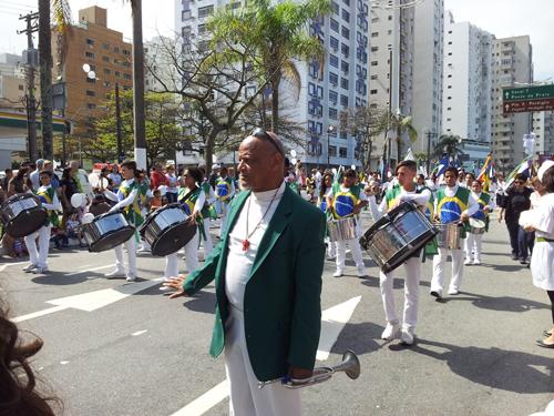 Ungdomskorps ikledd brasilianske flagg, under myndig ledelse