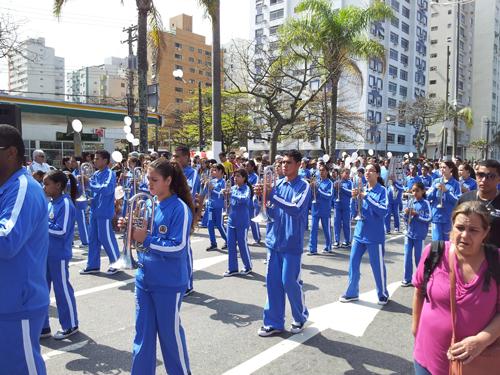 Marsjerende skoleelever i uniform