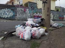 Gjerne grytidlig om morgenen tre ganger i uka henter kommuneansatte avfall fra fortauene i Sao Paulo