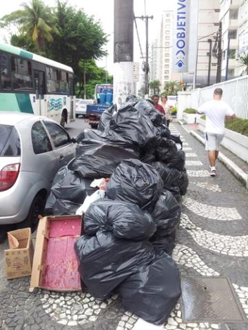 I Santos bygger slike søppelberg seg opp omtrent ved hver tjuende meter på fortauene i timene før de faste hentetidene